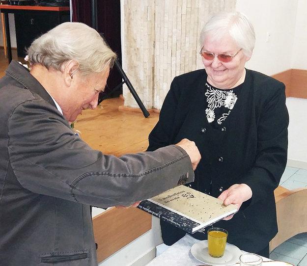 Knihu uviedol Zubrohlavčan Vendelín Ťažandlák. Vpravo jedna z hlavných autoriek Eva Kurjaková.