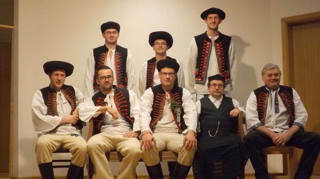 Mládenci zo Stankovian v ľudovom odeve.