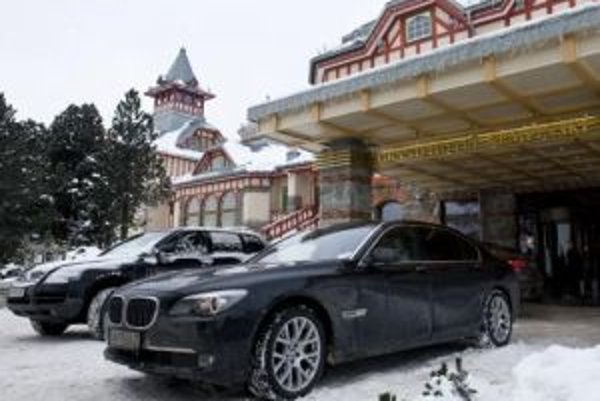 Na snímke luxusné automobily stojace pred vstupom do Grand Hotela Kempinski počas 1. ročníka J&T Banka Trophy v konskom póle na snehu na Štrbskom plese.