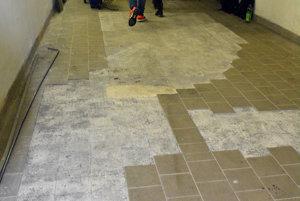 Silné mrazy v uplynulých dňoch spôsobili aj poškodenie dlažby v podzemných priestoroch Štátneho divadla Košice.