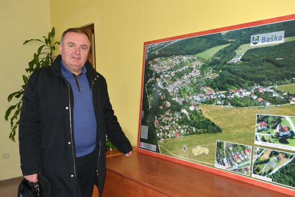 Takto vyzerá obec dnes. Starosta Ján Serbin ukazuje na najnovšiu mapu.