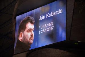 Pred dohrávaným zápasom Košíc s Trenčínom si uctili pamiatku zosnulého trénera a generálneho manažéra Dukly Jána Kobezdu.