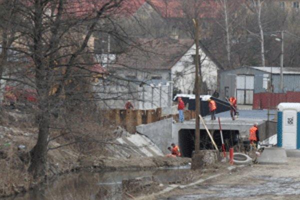Nová cesta bude kopírovať koryto rieky Handlovky.