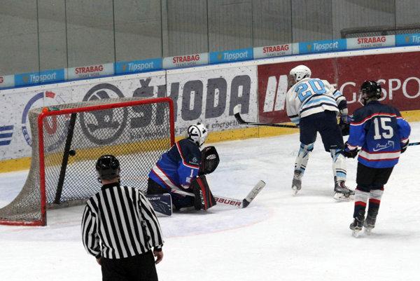Lukáš Chomiščák v 39. min. vydareným blafákom zvyšoval na 7:0. Neskôr strelil aj desiaty gól Nitry.