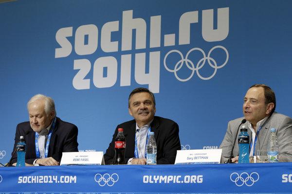 Na fotografii z februára 2014 počas talčovej konferencie Don Fehr (vľavo), René Fasel (v strede) a Gary Bettman (vpravo).