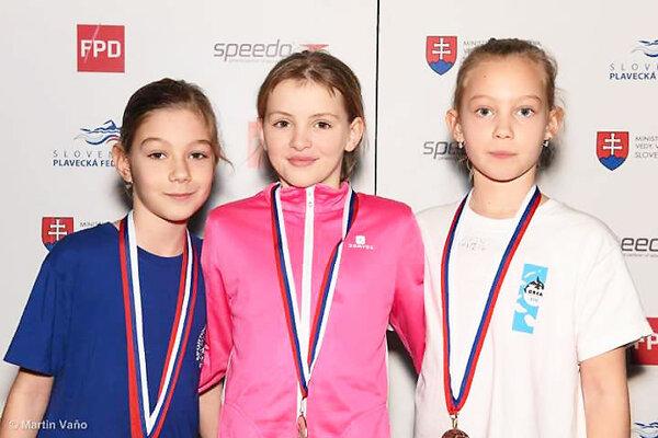 Linda Urbanová (v strede) si vyplávala zlatú medailu.