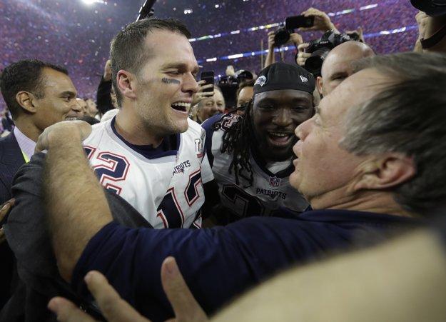 Tom Brady (vľavo) oslavuje s trénerom Billom Belichickom.