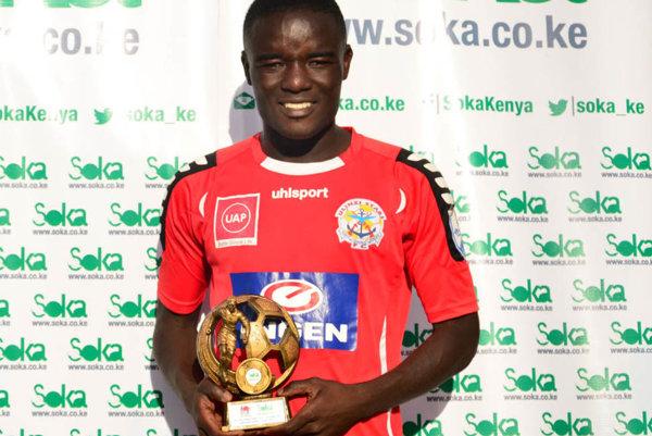 John Mark Makwatta pózuje s trofejou pre hráča mesiaca kenskej ligy za november 2016.