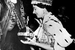Na archívnej snímke z 2. júna 1953 britská kráľovná Alžbeta II. počas svojej korunovácie v Londýne.