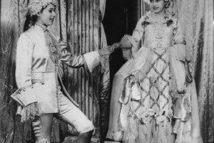 Na archívnej snímke z roku 1942 princezná Alžbeta (vľavo) ako princ Florizel a jej sestra, princezná Margaret ako Cinderella v pantomíme v Londýne.