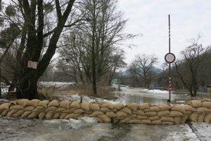 Vrecia s pieskom by mali zabrániť vybreženiu rieky.