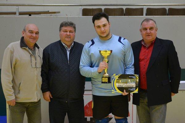 Víťazom dorasteneckého turnaja ObFZ Topoľčany sa stali futbalisti z Horných Obdokoviec. Víťazný pohár prevzal brankár Dávid Pavlovič (v modrom).