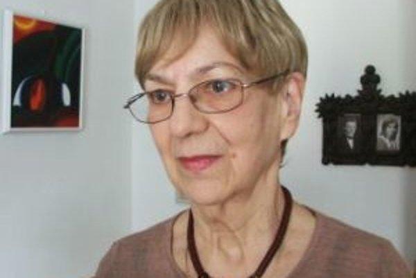 Narodila sa roku 1933 v Banskej Bystrici. Detstvo strávila v Hornej Mičinej, kde bol jej otec učiteľom. Po  maturite na gymnáziu vyštudovala Filozofickú fakultu Univerzity Komenského v Bratislave (odbor ruština –slovenčina), počas štúdia bola členkou súbo