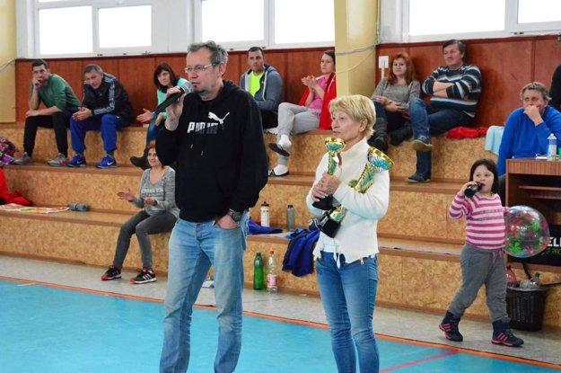 Ceny a trofeje odovzdali zúčastneným družstvám Viera Horváthová (manželka Jozefa Horvátha) a predseda HK Slávia Milan Novák.