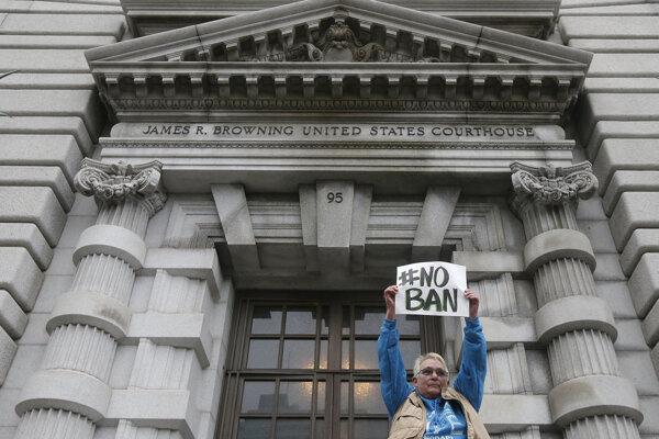 """Muž drží transparent s nápisom """"Žiaden zákaz"""" pred budovou súdu v San Franciscu."""