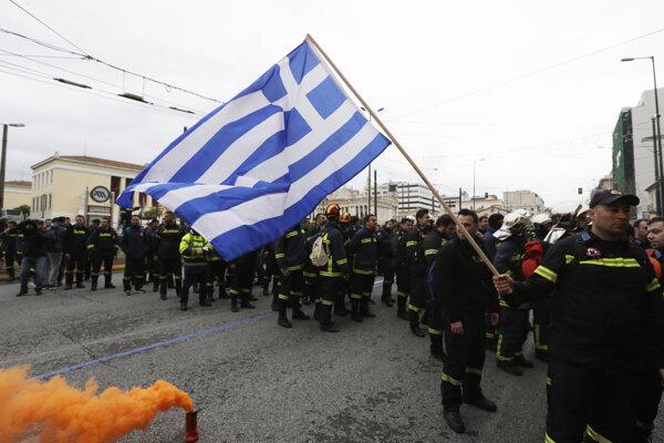 Hasiči demonštrujú v uliciach Atén.