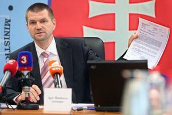 Minister výstavby Igor Štefanov sľúbil, že zruší nástenkový tender. Ako kontaktná osoba ho zabezpečoval.
