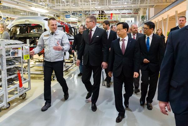Robert Fico a vedenie firmy Kia počas prehliadky závodu.