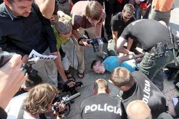 Ondreja Dostála zatýka polícia (na zemi v modrom tričku).Narodil sa v roku 1971. Vyštudoval Filozofickú fakultu UK v Bratislave, odbor filozofia - sociológia. V rokoch 1993 - 1998 pôsobil ako novinár v denníku SME, následne sa stal hovorcom bývalej Demo