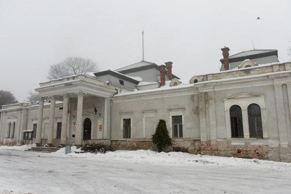 Klasicistický kaštieľ Forgáchovcov, v ktorom sídli obecný úrad a ktorý prechádza od roku 2015 postupnou renováciou.