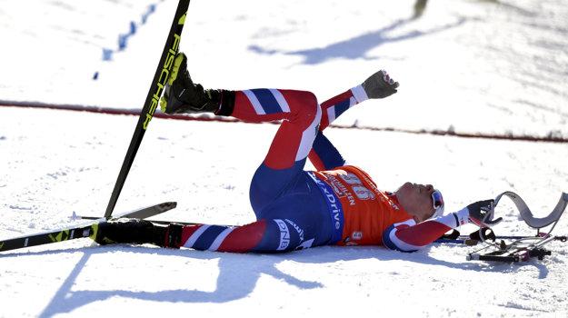 Johannes Thingnes Bö v cieli po mohutnom finiši, ktorý mu napokon na zlato tesne nestačil.