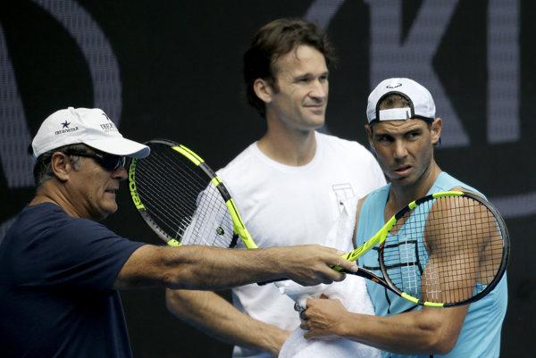 V posledných týždňoch viedol Toni Nadal (vľavo) Rafaela spolu s Carlosom Moyom (v strede).