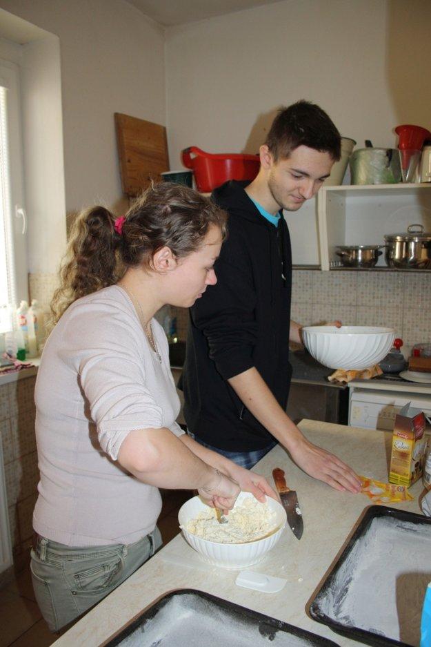 Študenti Združenej strednej odbornej školy obchodu a služieb v Prievidzi Gabriela a Tomáš počas prípravy obedného menu.