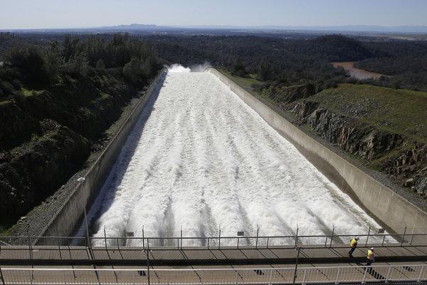 Vodu z priehrady začali úrady vypúšťať vo štvrtok.