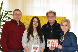 Výherkyni súťaže Ivete Balintovej odovzdal cenu Pavol Hammel.