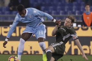 Vľavo Keita z Lazia a Ignazio Abate z AC Miláno v súboji o loptu v zápase 24. kola talianskej Serie A Lazio Rím - AC Miláno.