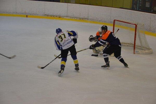Hrdinom zápasu v Púchove bol štvorgólový Zemko (v bielom).