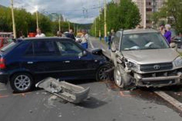 Autonehody zobrali v minulom roku menej životov.