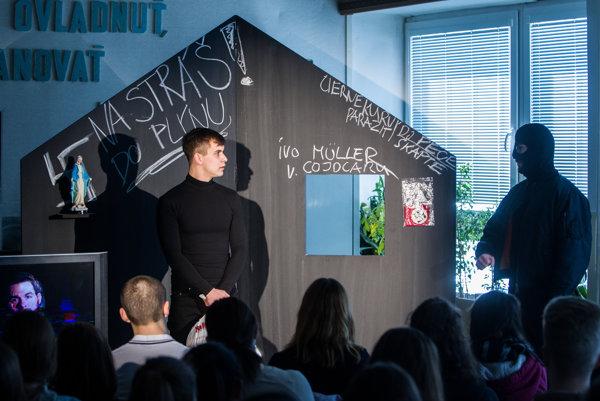 Divadelné predstavenie Natálka o dievčatku, ktorému extrémisti v Česku spôsobili popáleniny na celom tele.