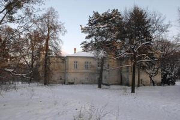 Súčasťou hotelového komplexu má byť aj národná kultúrna pamiatka Kaštieľ Barczayovcov.