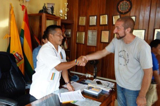 Karol Stýblo so svojím indiánskym obchodným partnerom počas návštevy Ekvádoru.