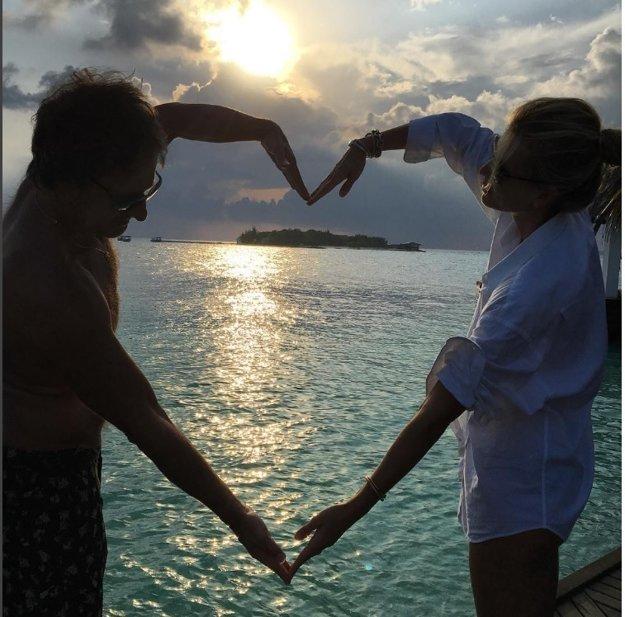 """Ako zaľúbení tínedžeri. Paľo Habera a Daniela Peštová sú dôkazom toho, že láska kvitne aj v zrelom veku a aj pri troch deťoch. Od mora posielajú veľké valentínske srdce a odkaz: """"Milujte sa a množte sa! Láskyplný týždeň všetkým."""""""