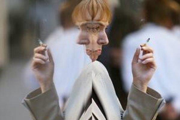 Fajčiarov vykázali z budov na chodník v mnohých krajinách. Ako to bude u nás, rozhoduje práve parlament.