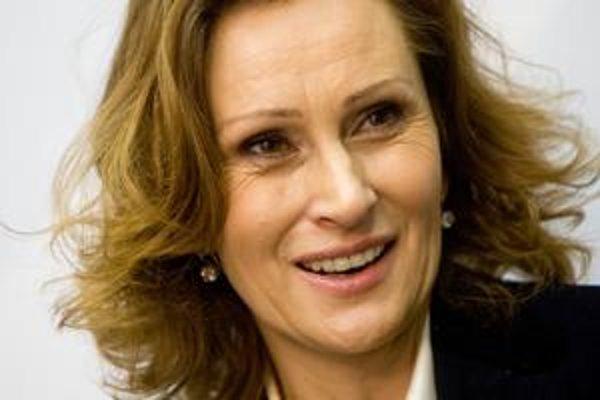 Krátko pred revolúciou začala kariéru novinárky v rozhlase, neskôr pracovala pre BBC. V roku 2000 vstúpila do Dzurindovej SDKÚ, po kauze skupinka z nej odišla a spolu s Ivanom Šimkom založila Slobodné fórum.
