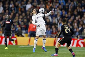 James Rodríguez (v strede) z Realu Madrid si spracováva loptu.