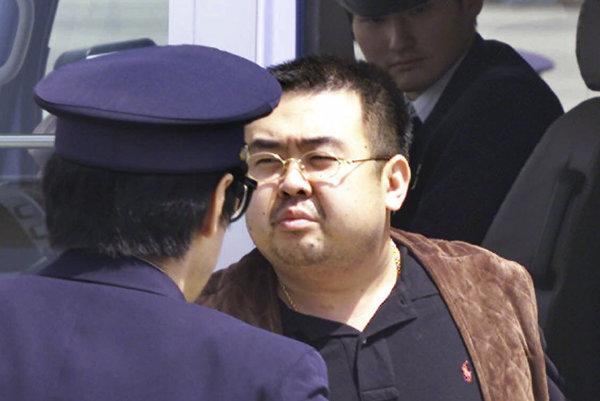 Kim Čong-nam na letisku, kde ho pravdepodobne otrávili dve ženy.
