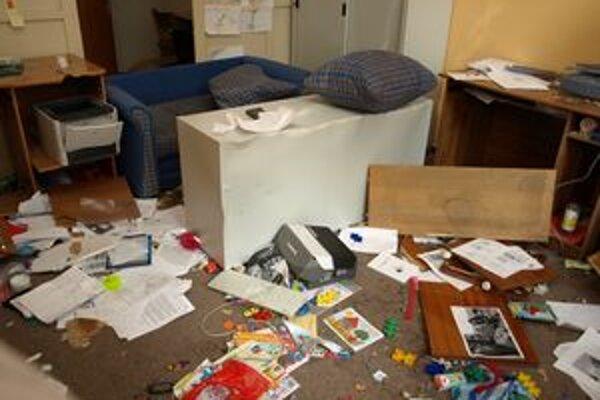Mladík miestnosť úplne zdemoloval.
