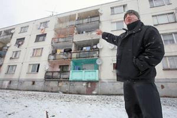 Správca Jozef Ravasz ukazuje na byty, ktoré rodiny uvoľnia.
