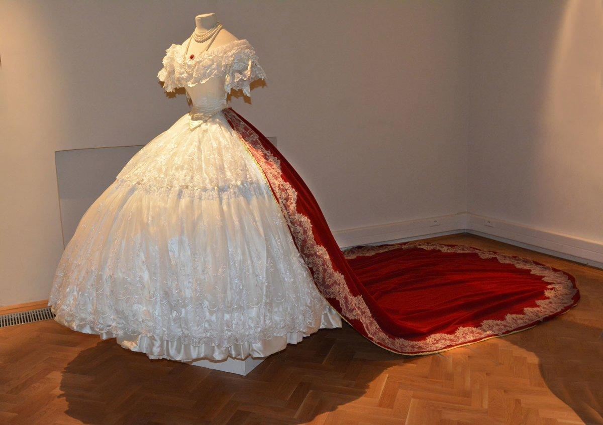 Biele šaty si dala Sissi ušiť na viedenský bál a ich súčasťou bola d1ee807fe27