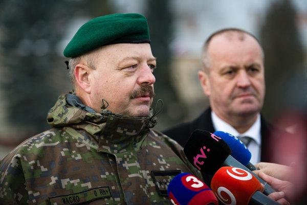 Zástupca náčelníka Generálneho štábu ozbrojených síl generálmajor Pavol Macko (vľavo) s ministrom obrany Gajdošom.