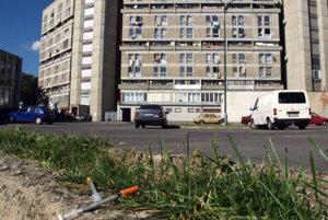Smutným symbolom Vrakune sa stal obytný dom známy ako Pentagon. Ľudia v ňom spolu so samosprávou a políciou bojujú proti kriminalite.