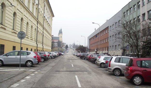 Damborského ulica, vľavo budova súdu, vpravo daňový úrad a za ním prokuratúra.