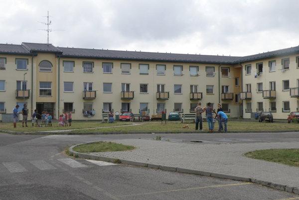 Ciglianska cesta. Predkupné právo na bytovku v tejto lokalite má Prievidza.