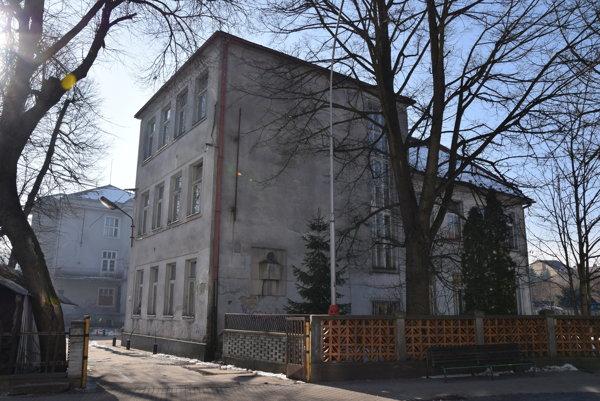 Budova bývalej základnej školy je prázdna.