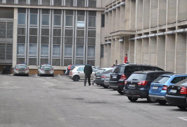 Klaudiu D. priviedla eskorta na súd cez bočný vchod.
