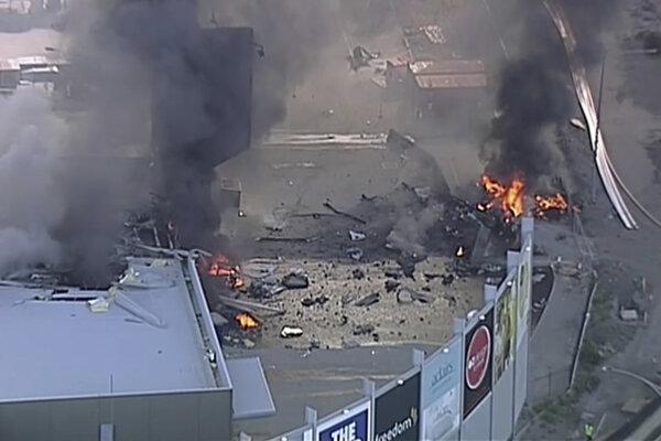 Lietadlo sa zrútilo na zatvorené nákupné centrum.